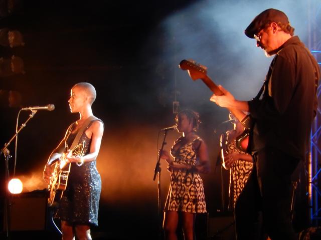 Rokia Traore sur la scène du Teat Plein Air de Saint-Gilles le vendredi 3 octobre - de g. à d. : Rokia Traore, Fatim Kouyaté, Bintou Soumbounou et Stefano Pilia