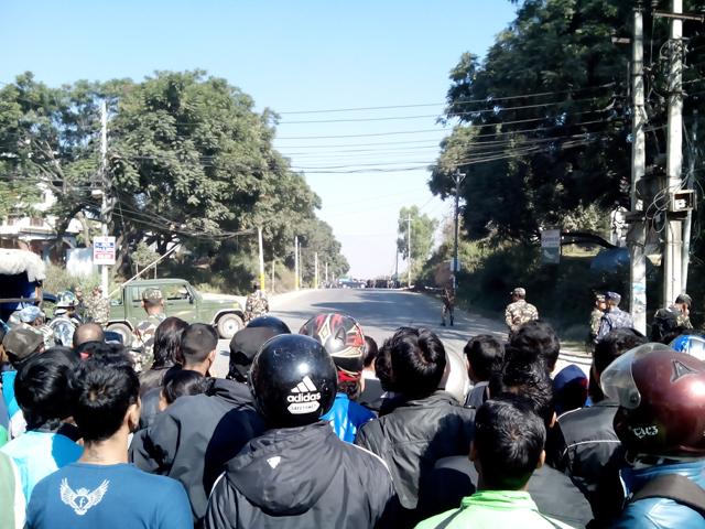 15 novembre - plusieurs dizaines de personnes observent l'opération de désamorçage sur la Ring Road (Crédit : SH)