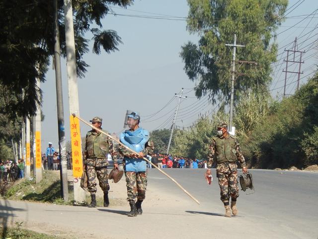 """Les agents de l'Armed Police Force après avoir désamorcé la """"socket bomb"""""""