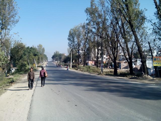 11 novembre - Ring Road au niveau de Dhobighat, Lalitpur, déserte à 9h un lundi matin