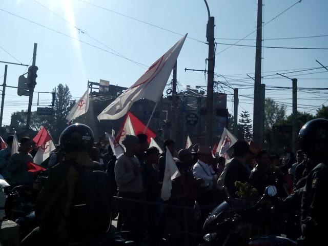 15 novembre 2013 - manifestation de militants communistes circulation à la jonction de Tripura Marg, Thapathali Road et Kupondole Road (Crédit : SH)
