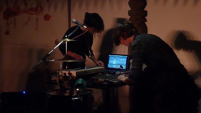 13 janv. 2014 - Lucille Hochet (g) et Nadège Teri d'Andromakers en concert au Café des Arts de Thamel, Katmandou (Crédit : M.B)