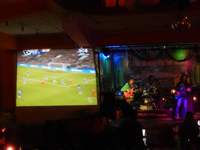 29 déc. 2013 - Rock et foot au Club Amsterdam Café de Pokhara. Le rêve.