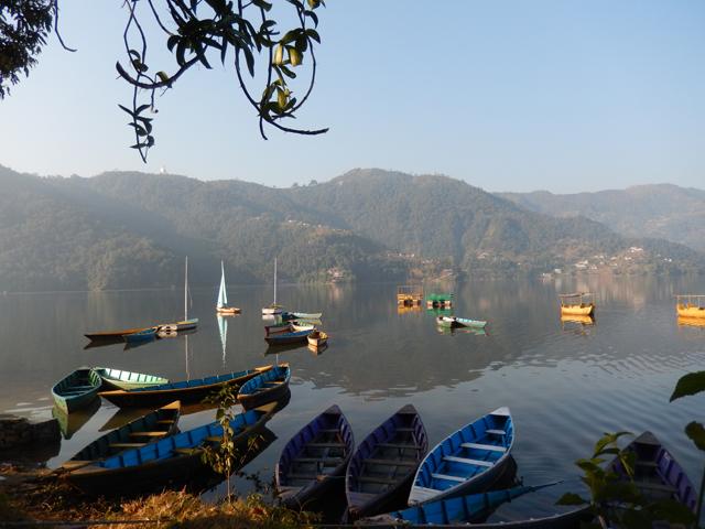 Pokhara, le bord du Lac Phewa et la Pagode de la Paix en haut à gauche sur la colline (Crédit : S.H).