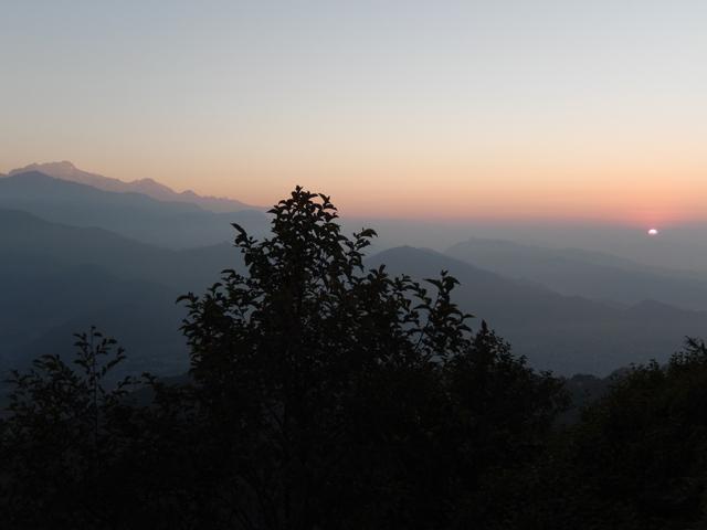 7h00 à Sarangkot : à droite, les premières courbes du soleil apparaissent derrière l'horizon (Crédit : S.H).