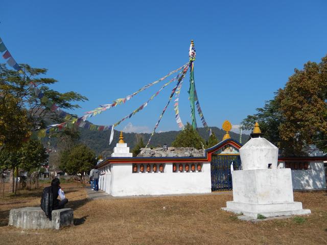 Camp de réfugiés tibétains de Tashi Ling : un temple bouddhiste entouré des maisons avec l'Annapurna en toile de fond (Crédit : S.H).