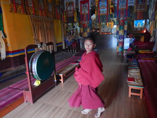 À l'intérieur du temple du monastère Shree Gaden Dargay Ling - je n'ai pas pu retenir le nom du garçon sur la photo (Crédit : S.H)