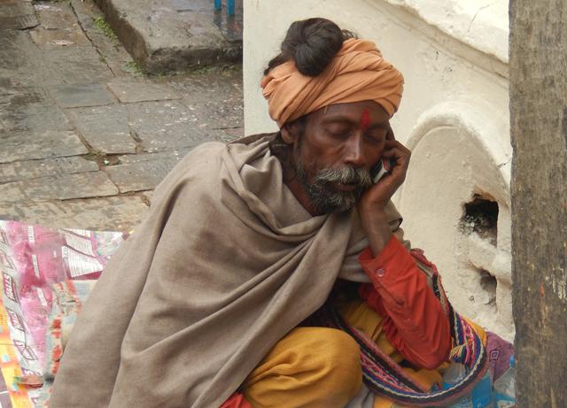 Les Sâdhus sont supposés avoir renoncé à tout pour se consacrer à la « libération de leur âme » mais on constate que certains n'ont pas renoncé aux nouvelles technologies de la télécommunication - Pashupatinath, jeudi 27 février 2014 © O.B