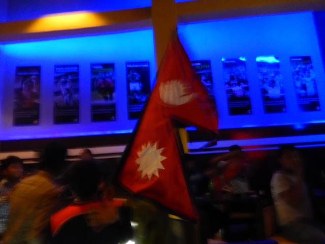 20 mars 2014, FC-The Sports Bar - Le drapeau népalais circulant entre les supporters après la victoire de l'équipe nationale contre l'Afghanistan © S.H