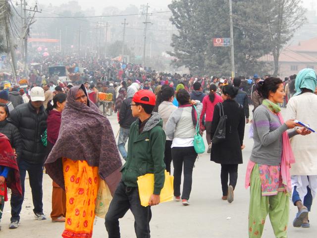 Les pèlerins qui affluent à l'entrée du Temple de Pashupatinath - jeudi 27 février 2014 © O.B