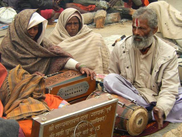 Harmonium et dholak pour chanter un bhajan à Shiva - Pashipatinath, Katmandou, le jeudi 27 février 2014  O.B