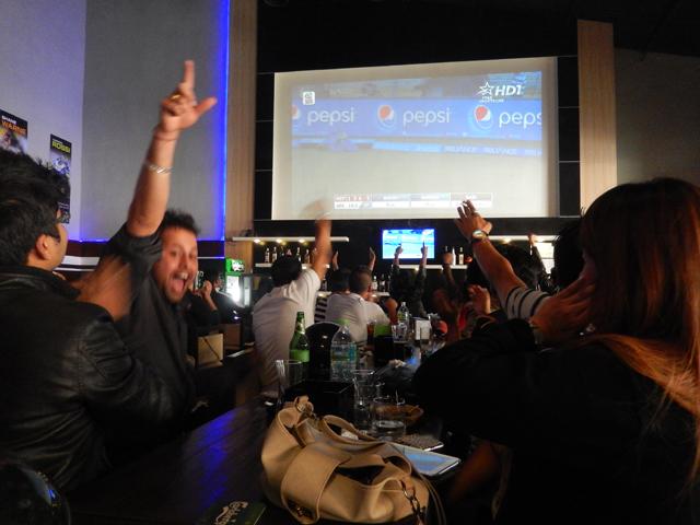 20 mars, FC-The Sports Bar à Patan - Les supporters exultent alors que leur pays prend l'avantage sur l'Afghanistan © S.H