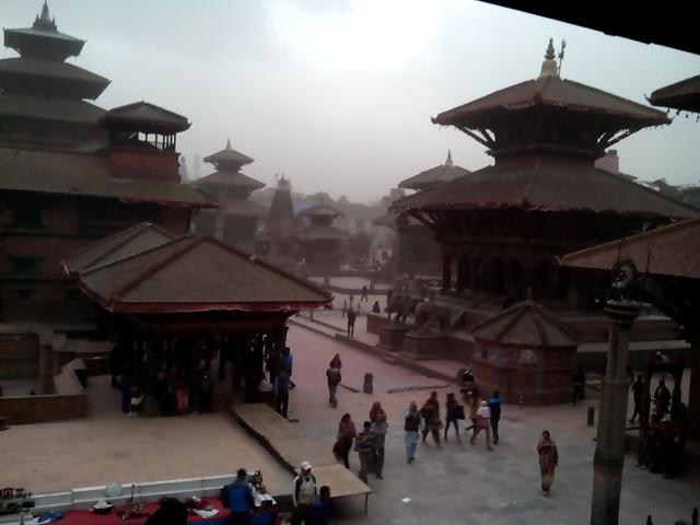 18 mars 2014 - Le vent se lève entre les temples du Durbar Square de Patan © S.H