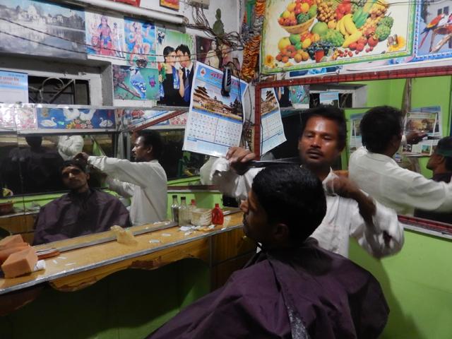 Gandi me coupe les cheveux pour NRs100 (0,74€) © S.H