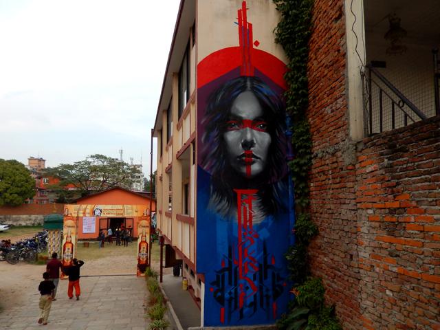 À l'entrée de l'Alliance française de Katmandou, peinture murale faite par H11235 à l'occasion du Rootdown festival Street Art