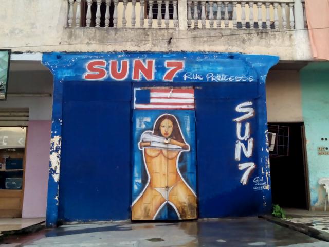 Lundi 11 mai - un bar fermé à la Rue Princesse de Yopougon, Abidjan © S.H