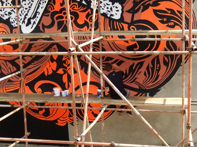 Chifumi en train de terminer sa murale Apsara Composition à l'Alliance française de Katmandou Street Art