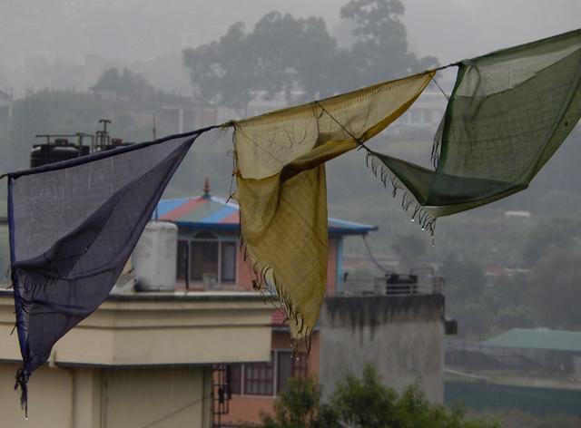 Avec un temps pareil, même les drapeaux de prière tibétains font la gueule © S.H