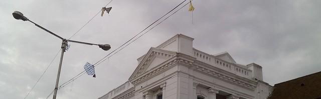Des cerfs-volants restés coincés dans les fils électriques à Basantapur © S.H