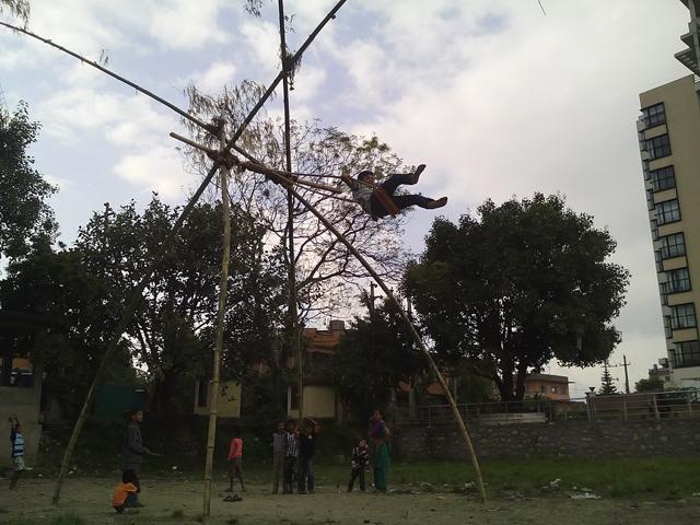 Jhamsikhel, Lalitpur - Une balançoire éphémère installée pendant Dashain © S.H