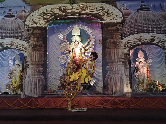 Statue représentant Durga en train de mettre la misère à Mahishasura exposée lors d'une cérémonie à l'école  © S.H