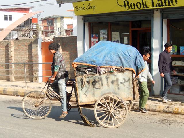 Éboueur à vélo à Jhamsikhel © S.H