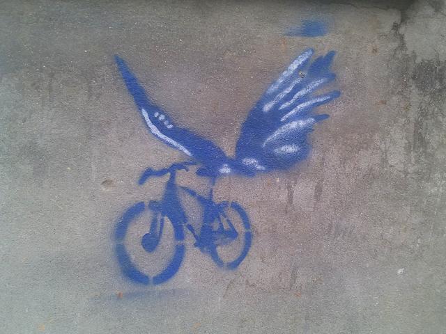 Pochoir d'un vélo avec des ailes de papillon à Kupondole © S.H