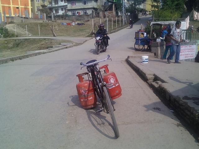 Pause clope pour le livreur de gaz à Dhunge dhara © S.H