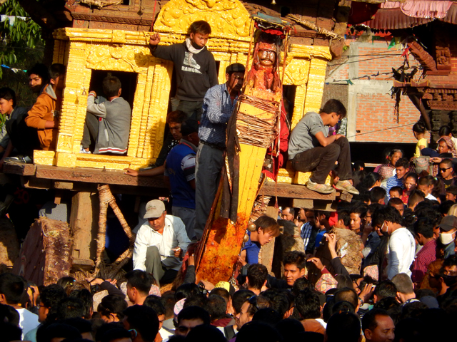 Un char à Bhaktapur lors de la célébration de Bisket Jatra © O.B