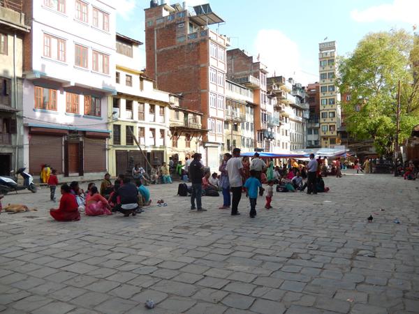 Plusieurs personnes se sont installées à Itumbahal après la réplique de 12h50 le 12 mai © S.H