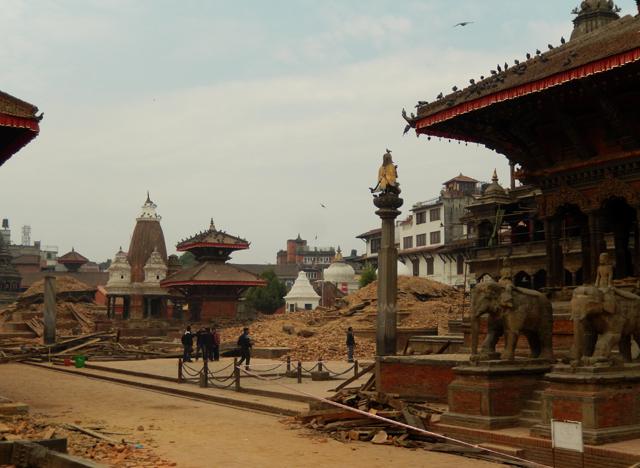 Patan Durbar Square et ce qu'il reste de Chau Narayan et Hari Shankar © S.H