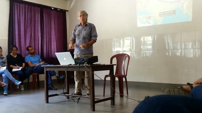 Pr Roger Bilham lors d'une conférence à l'école Rato Bangala le mercredi 20 mai © Himal Southasian