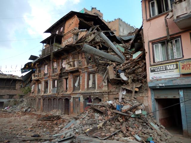 Une maison à Sankhu qui menace de tomber une semaine après le séisme du 25 avril © S.H