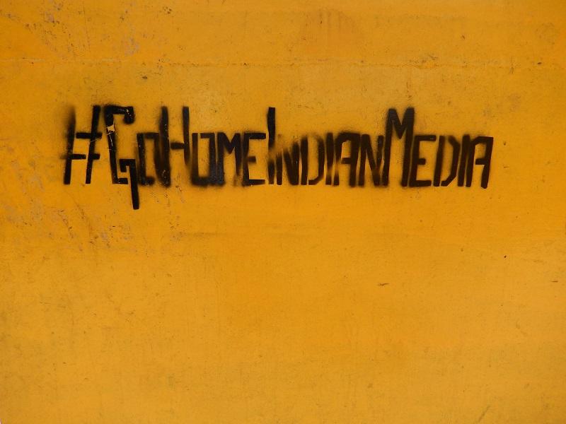 #GoHomeIndianMedia peint sur le pont près de l'Ashok Stupa de Pulchowk