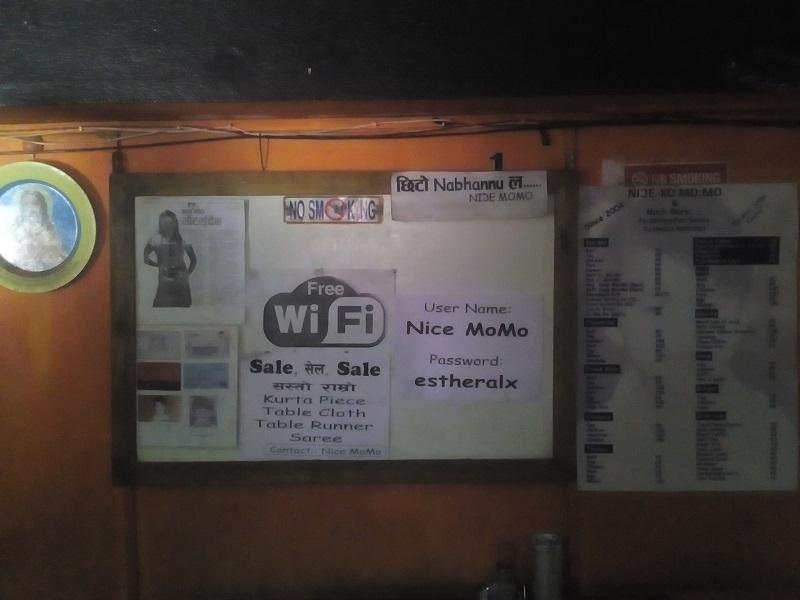 Connexion wifi à Nice Momo, un resto crasseux de Katmandou Ⓒ S.H
