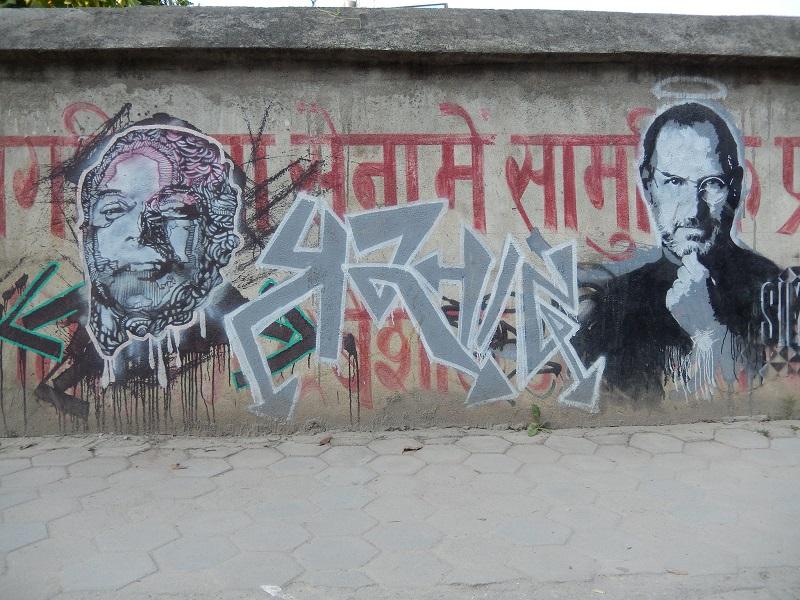 Deux pochoirs : le poète népalais, Laxmi Prasad Devkota à côté Steve Jobs sur un mur de Kunpondole, Katmandou © S.H
